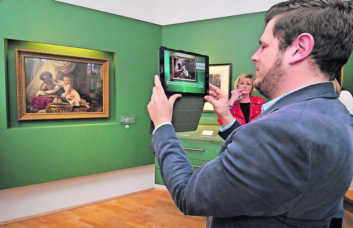 Der etwas andere Museumsführer mGuide nimmt die Besucher des Museums Begas Haus förmlich an die Hand (Foto: Dettmar Fischer)